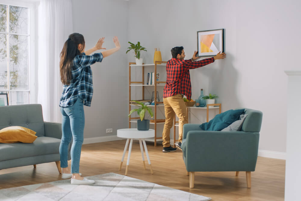 夫妻思考客廳裝潢風格